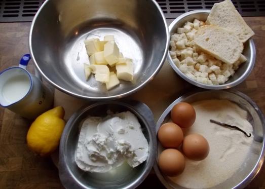 Zutaten für 6 Personen als Hauptspeise: 15 dag Butter, 500 g Topfen (Magertopfen), 5 Eier, 25 dag Grieß, 5 Semmeln (abgerindet), Vanilleschote (oder 1 Pkg. Vanillezucker), Zitronenabrieb, etwas Milch, Prise Salz. Für die Bröselmischung: Semmelbrösel, Butter, Zucker (event. Zimt)