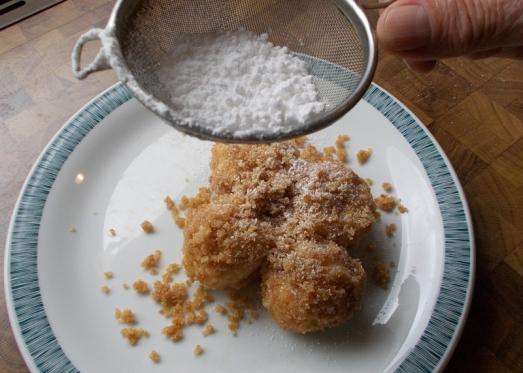 Auf dem Teller noch mit ein wenig Staubzucker zuckern ...