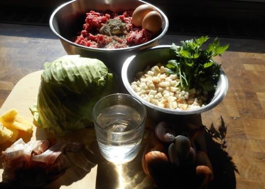 Zutaten: Weißkraut (oder Kohl), Faschiertes (gemischt), Schinkenspeck, Knödelbrot, Zwiebel, Eier, Senf, Salz, Kümmel, Pfeffer, Majoran, Muskat, Petersilie, etwas Wasser, selbstgemachtes Kartoffelpüree