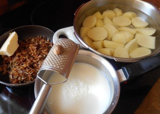 Zutaten: mehlige Kartoffeln, Milch, Salz, Muskat und Zwiebeln (hier schon in gerösteter Form)
