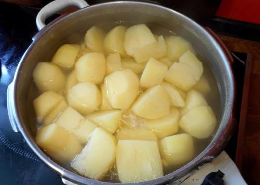 Die Kartoffeln schälen und in leicht gesalzenem Wasser kochen.