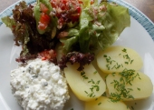Salat mit Hüttenkäse und Kartofferl (Rezept)
