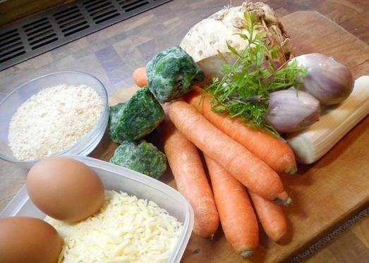 Zutaten: Wurzelgemüse (Sellerie, Karotten, Petersilwurzel), Blattspinat, Zwiebel, Knoblauch, Petersilie, Eier, Semmelbrösel, geriebener Käse (am besten ein würziger Hartkäse), Salz, Pfeffer, Muskat. Für die Panier brauchen wir Mehl, Eier und gehackte und geröstete Sonnenblumenkerne.
