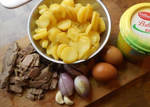 Zutaten: Gekochte Kartoffeln, gekochtes Rindfleisch, Zwiebel, Knoblauch, Eier, Majoran, Pfeffer, Salz, Petersilie, Butterschmalz oder Öl