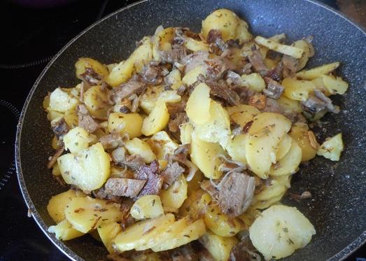 Dann dürfen auch die Kartoffeln in die Pfanne - langsam mitrösten.
