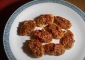 Getoastetes Brot mit Tomaten-Sardellen-Paste (Rezept)
