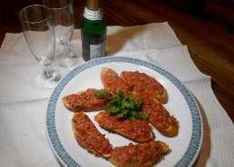 Feine Brötchen mit Tomate, Speck und Kräutern (Rezept)