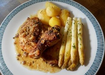 Huhn mit Kräuterkruste und Spargel (Rezept)